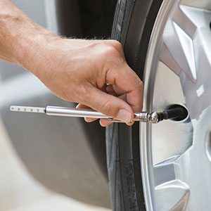 Image: Checking tire pressure (&#169; Tetra Images/Getty Images/Getty Images)